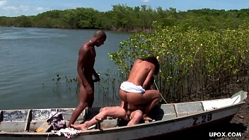 Monaliza is having an outdoor threesome and loving it