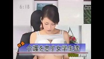 美人キャスターがニュースを読みながら身体を愛撫され、バックから突かれます