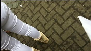 Linda mujer con hermoso trasero luciendo su pantalon blanco