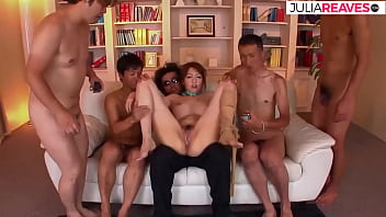 之後日本丈夫讓 4 個人用大量面部授精操他的妻子