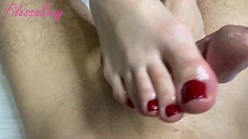 крошка сексуально дрочит ногами член своего парня