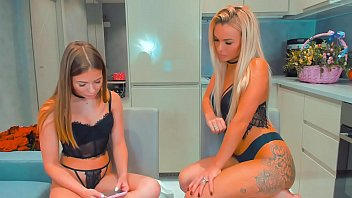 Lesbians Getting Crazy In The Kitchen! 52分钟