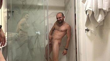 Sin previo aviso jesussanchezx está en la ducha cuando llega pamela sánchez y empieza a calentarle asta que se echa en la cara su leche thumbnail