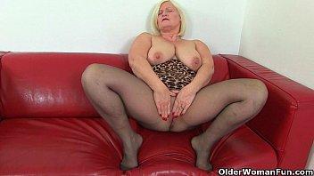 British milf Aunty Trisha soaks her nylons and fucks a dildo 12分钟
