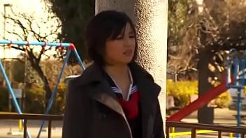 ロリ女子校生がパイパン大開脚で公開アナルセックス中出し!全員に観られながらヤラれまくるw