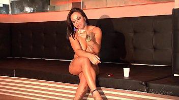 Melissa Pitangax fumando seu cigarro na balada PELADA