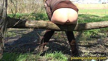 Pissing Autumn Girl