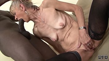 Mature 70 years fucks Loud With Two African Futaciosi