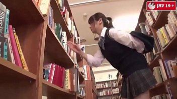 Gạ chịch em học sinh trong thư viện trường