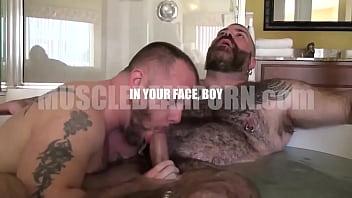 Bear cock gay porn - Osos se masturban en una tina