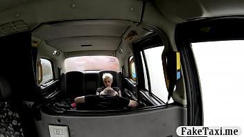 Short blonde hair babe banged in the cab Vorschaubild