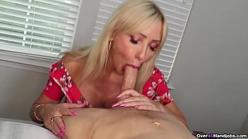 MILF BLOWJOB IN FRONT OF MIRROR
