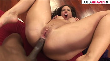 擁有非常大胸的拉丁裔以美妙的肛門享受她的英國廣播公司