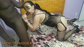 CHRIS DEVASSA - Esposa Cavala chupando a piroca preta do  negão que conheceu no bloco de Carnaval deixando meladinha para escorregar na bucetinha dela , enquanto o corno filma  -  TWITTER - @kazaldevassosrj