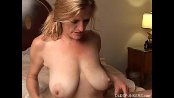 Streaming Video Slutty older babe is a super hot fuck and loves facials - XLXX.video