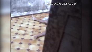 Garoto Vê A Irmã Fazendo Sexo Com O Vizinho No Quintal E Grava Vídeo