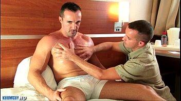 Gay poen muscle gallery - Curioso se la deja chupar hasta el final.flv