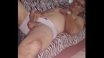 Me encontró masturbandome y empezó a grabarme y al final terminó ayudándome a venir