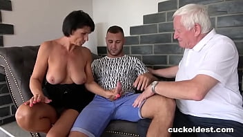 Granny Can't Wait to be Cuckolded 10分钟