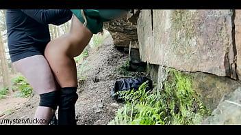 危险的操在树林里和小青少年,乞求他妈的和吮吸我的鸡巴,然后吞下我的精液