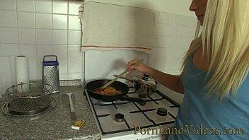 blonde girlfriend fucked in the kitchen 26分钟
