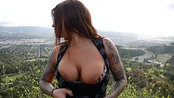 Felicity Feline plays with her ass with a buttplug outdoors in Los Angeles 4分钟