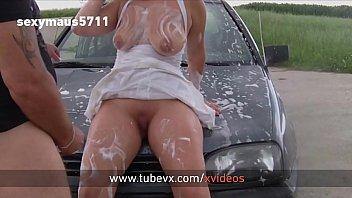 VISIT-X Autowaschen führt zum Quickifick auf der Motorhaube