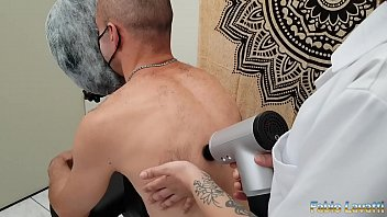 Tasting a quick massage and enjoying tasty in four hands 15 min