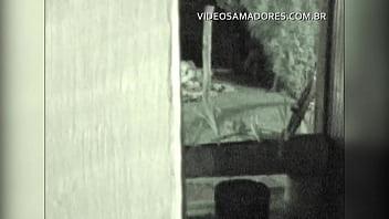 Durante encontro de amigos, casal se afasta discretamente para foder, mas é descoberto thumbnail