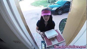สาวสวยเดลิเวอรี่โดนสั่งอาหารและหลอกมาเย็ดหีฟรีๆถึงบ้าน