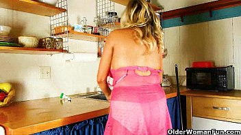 Clean erotic sex pics - Cleaning the kitchen in pantyhose gets mom worked up