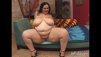 Heavyweight floosie Glory Foxxx loves to get a big dick off
