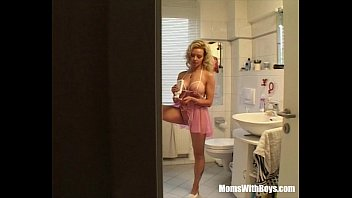Sneaky Asshole Fucks A Sexy Blonde MILF 22分钟