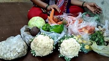 देसी लड़की ने सब्जी बेचते बेचते सब्जी खरीदने वाले से चुदाया