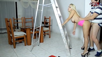 Streaming Video The electrician goes to the house and fucks this milf - XLXX.video