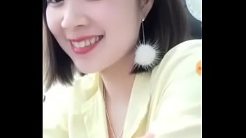 Beautiful staff member DANG QUANG WATCH deliberately exposed her breasts