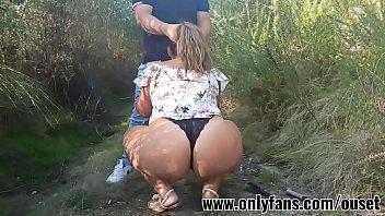 Chica con culo enorme folla con su primo en el bosque Únete a nuestro club de fans en onlyfanscomouset