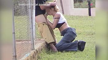 Homem vê a enteada fazendo sexo oral no namorado e filma tudo