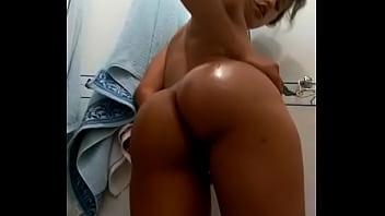 Gostosa batendo uma siririca no banheiro