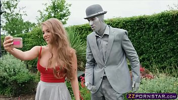 Busty chick fucks a living statue performer outdoors 6分钟