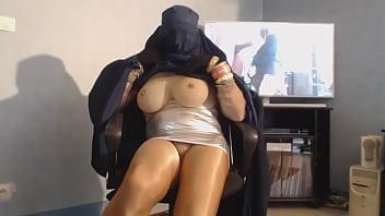 musulmane en burka devoile ses gros seins