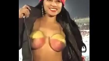 Ecuatoriana enseñando las tetas en partido de futbol