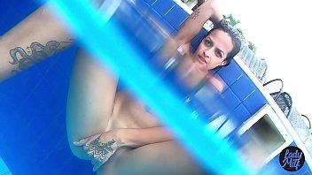 Lady Milf fazendo aquele jogo de sensualidade na piscina