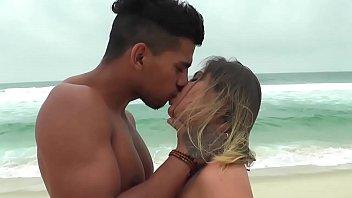 Novinha do Rabo Gigante parte da Praia Direto para o Motel com Carioca