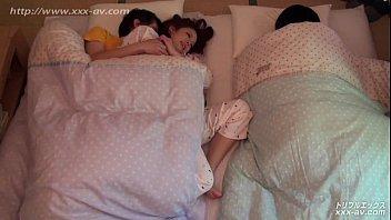 【無修正】川の字で眠る妹の横で声を殺して姉と生ハメ