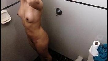 我在洗澡時監視了我表妹。 8分钟