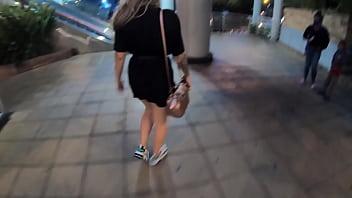 Sara Blonde caminando por el centro comercial en Bucaramanga con el lovense lush activado 5 min