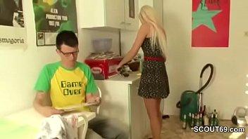 Stief-tochter findet Kondome bei Daddy