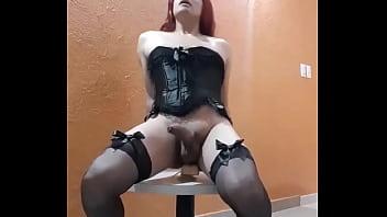 Luana Furacão Travesti sentando no vibrador de 23cm