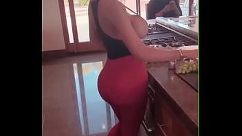 Nicolete Shea Comiendo Uvas Ing